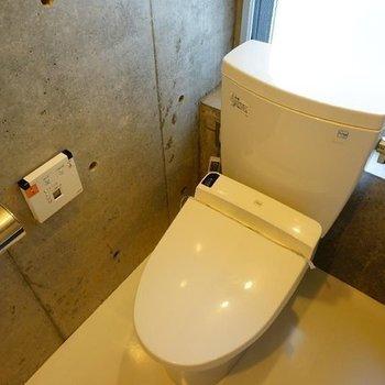 トイレは窓つき温水洗浄も。※写真は同階の反転間取り別部屋のものです