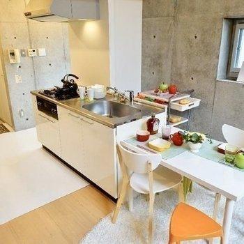 キッチンはゆったり3口※写真は同階の反転間取り別部屋のものです