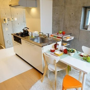 キッチンはゆったり3口※写真は同階の反転間取り別部屋のものです。