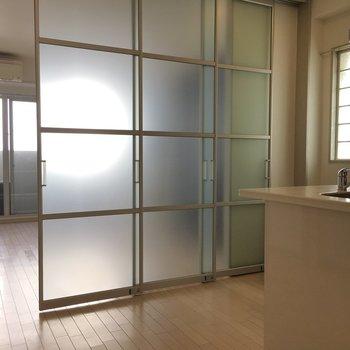 洋室を仕切るドアがありました!これで、お料理の匂いを気にする必要なし!(※写真は5階の同間取り別部屋のものです)