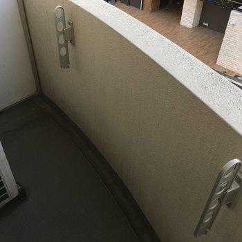 洗濯物を干すには困らないバルコニー(※写真は5階の同間取り別部屋のものです)