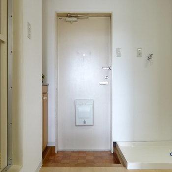 玄関横に洗濯機置場が!(※写真はモデルルームです)