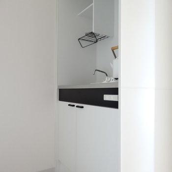 真っ白のキッチン。天井付近にコンセントがあるけど、冷蔵庫が置けるスペースはないので居室に!(※写真はモデルルームです)