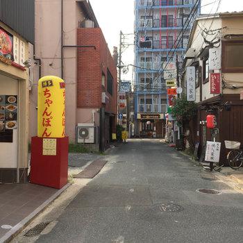 小道に入ると懐かしいお店も並んでいたり。