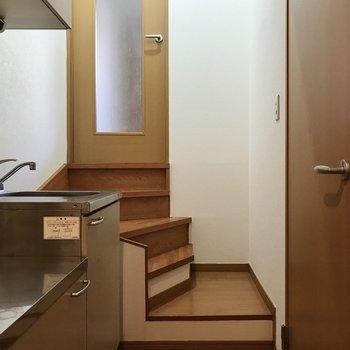 廊下はすこし階段を下って。
