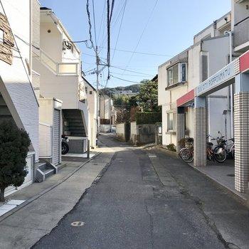 アパートのまわりは住宅街。