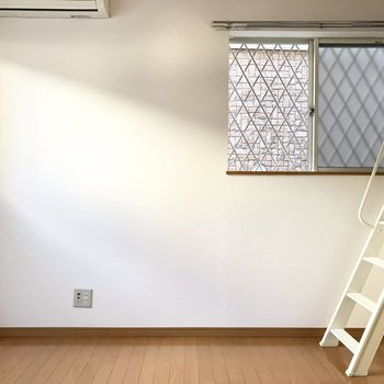 嬉しい角部屋。窓の先は壁だけど空気の入れ替えはバッチリ!