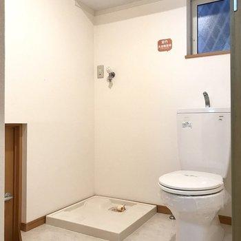 トイレは脱衣所に。上の収納が嬉しいなぁ。