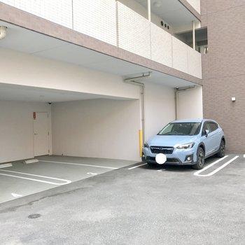 マンション裏にも駐車場。