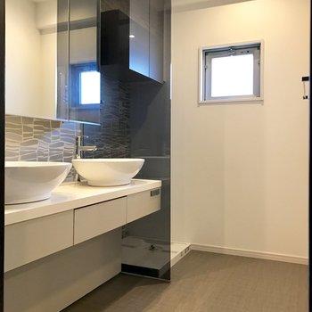 洗面台奥に洗濯機置場。上部に棚も付いてます。