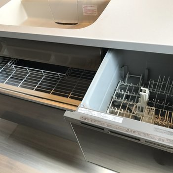 右側は食器洗浄機。