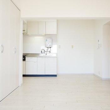 キッチンと建具もホワイト!