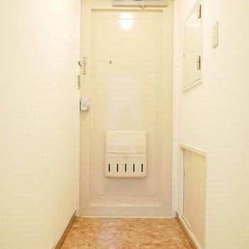 玄関も明るい色でいい雰囲気