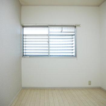 洋室は1面がグレーのアクセントクロス