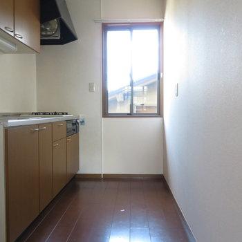 キッチンスペースにも窓が