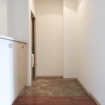 玄関も実にゆったり。お客様がたくさん来たって大丈夫!※写真はクリーニング前です。