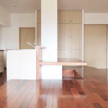 キッチンは1段下がっているので、空間にメリハリが生まれます。※写真はクリーニング前です。