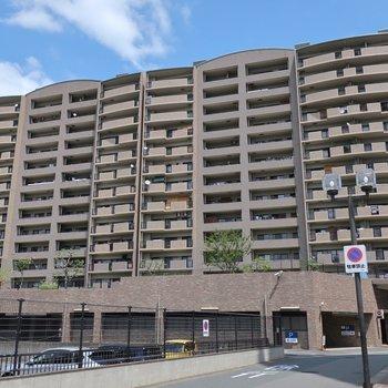とっても大きな大規模マンション!敷地内には公園や来客用の駐車場があったり。