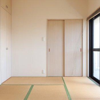 玄関右手にはほっこり和室◯ バルコニーに面しているので明るいの。※写真はクリーニング前です。