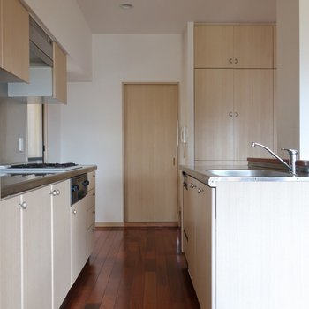 キッチンはセパレート。1人でもご家族とでも使いやすく。※写真はクリーニング前です。