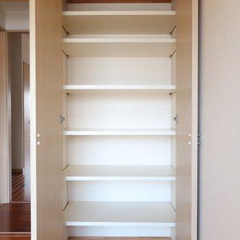 さらにさらに、たっぷりの棚までも!収納、充実してるな〜。※写真はクリーニング前です。
