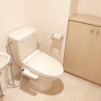 トイレも手洗いや収納がついていてゆとりもたっぷり!※写真はクリーニング前です。