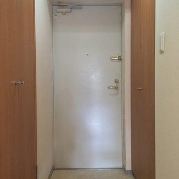 玄関は廊下の突き当りに。右手には・・・