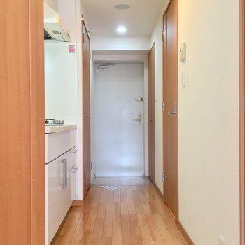 扉を開けて、廊下へ!