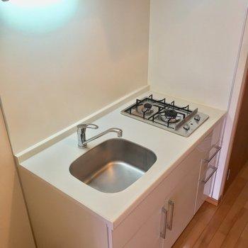 キッチンはコンパクトですが、しっかり2口ガスコンロ
