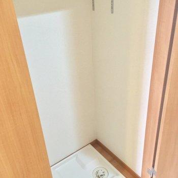 お隣にある洗濯機置場は扉で隠せます
