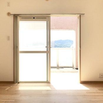 窓を開ければルーフバルコニー!テレビも置けちゃうよ。