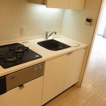 システムキッチンで自炊もサクサクっと♪※写真は同間取り別部屋のものです。