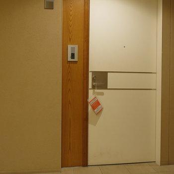 木のぬくもりを感じられる玄関扉。※写真は同間取り別部屋のものです。