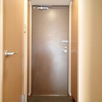 玄関はこちら、両側に靴箱があるのでたっぷり入りますよ。※写真は2階の同間取り別部屋