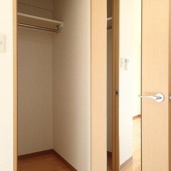 姿見付のウォークインクローゼットがあります。※写真は2階の同間取り別部屋