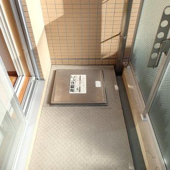 バルコニーはこちら。物干しの位置は低めです。※写真は2階の同間取り別部屋