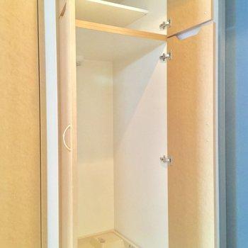 洗濯機置場の上には小さなシューズボックス!※写真は同間取り2階の別部屋のもの
