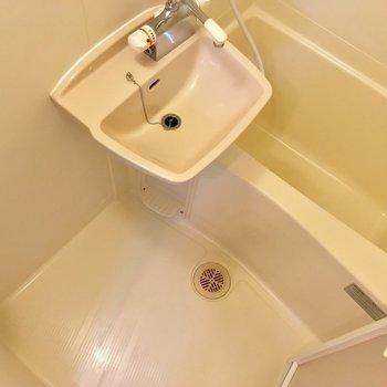 バスルームは2点ユニット!棚もついてて便利そう※写真は同間取り2階の別部屋のもの