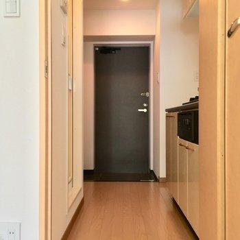 扉を開けて、キッチンへ!※写真は同間取り2階の別部屋のもの