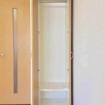クローゼットはとってもスリム・・・※写真は同間取り2階の別部屋のもの