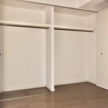 【洋室】そしてこの大容量のクローゼットにも驚きです。※写真はフラッシュを使用しています