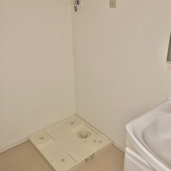 お隣には洗濯機置き場。※写真はフラッシュを使用しています