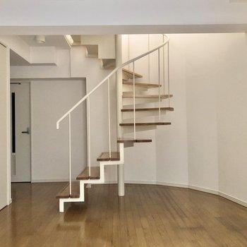 【洋室】螺旋階段が空間をちょっぴり特別なものにしてくれていますね。