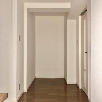 【洋室】右のドアからサニタリールームへ。※写真はフラッシュを使用しています