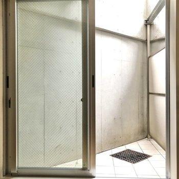 洋室の窓の外はドライエリアになっています。