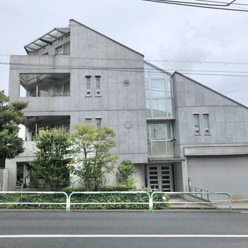 道路沿いに建つマンションです。