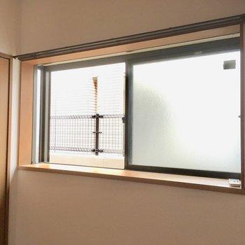 窓は出窓になっているので、ちょこっと観葉植物を置いたり・・・(※写真は清掃中のものです)