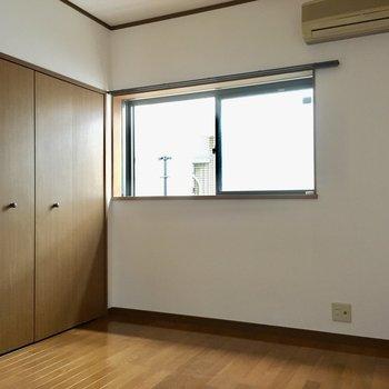 こちらは6帖の洋室。(※写真は清掃中のものです)