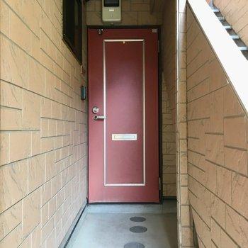 赤いドアが目印ですね!
