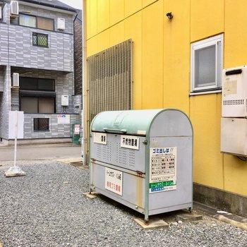 建物までの道にゴミ置き場。